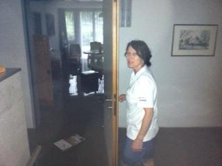 Knietief stehen im Rosengarten 3 Bewohnerzimmer im Wasser. Mit Andrea Kälin Teamleiterin Rosengarten